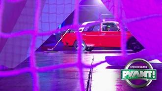 Первый вмире автобуллит: водитель склюшкой на машине атаковал хоккейные ворота