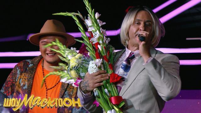 Блондин Костюшкин пополнил армию фанаток исобрал взале все цветы.НТВ.Ru: новости, видео, программы телеканала НТВ